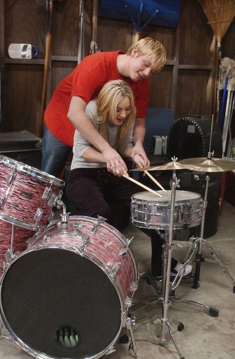 Die Probleme sind vorprogrammiert, als sich Bridget (Kaley Cuoco, vorne) in ihren Schlagzeuglehrer Ben (Nick Carter, hinten) verliebt ... - Bildquelle: ABC, Inc.