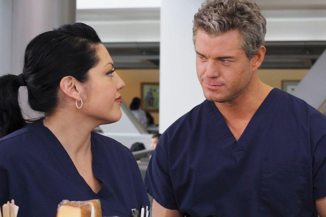 Callie (Sara Ramirez, l.) versucht alles, um herauszufinden, wie Marks (Eric Dane, r.) Date mit Teddy verlaufen ist ... - Bildquelle: Touchstone Television