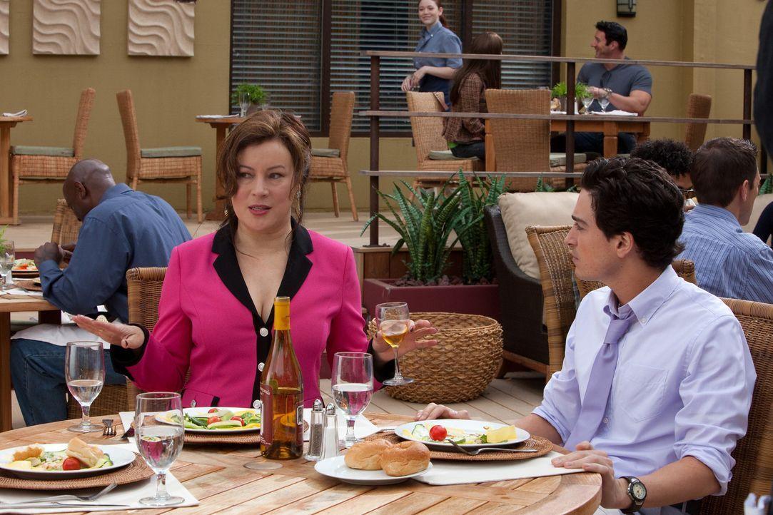 Fred (Ben Feldman, r.) gerät ordentlich ins Schwitzen, als er seiner neuen Freundin beim gemeinsamen Essen weiß machen will, dass Ginny (Jennifer... - Bildquelle: 2011 Sony Pictures Television Inc. All Rights Reserved.