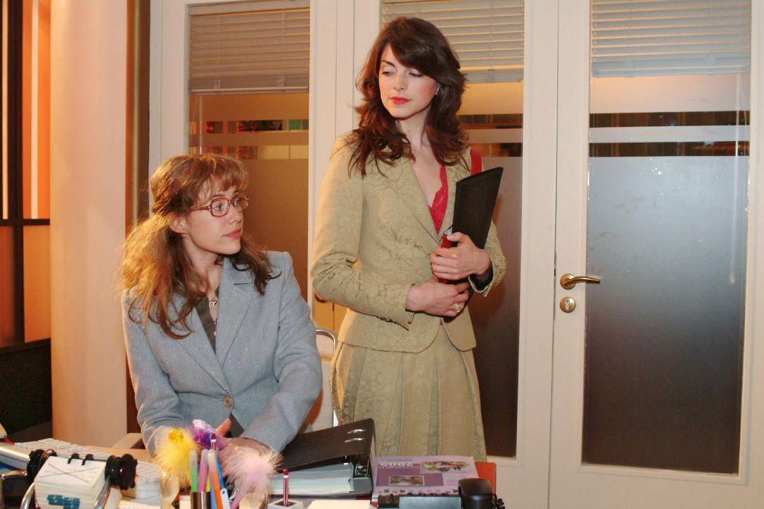 Lisa (Alexandra Neldel, l.) ist von David für zwei Wochen Mariella (Bianca Hein, r.) zur Unterstützung zugeteilt worden. Beide sind darüber nicht be... - Bildquelle: Monika Schürle SAT.1 / Monika Schürle
