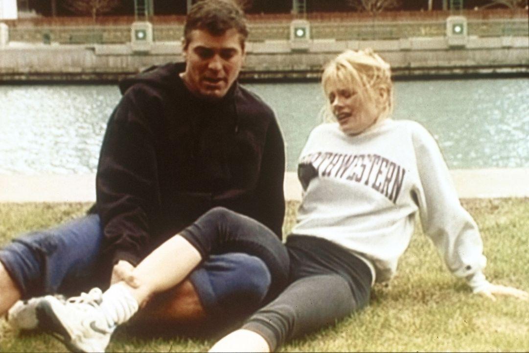Ross (George Clooney, l.) und Karen (Marg Helgenberger, r.) kommen sich näher ... - Bildquelle: TM+  WARNER BROS.