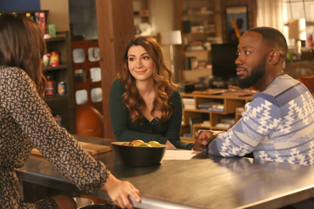 Um Aly (Nasim Pedrad, l.) heiraten zu können, will sich Winston (Lamorne Morris, r.) endlich von Rhonda scheiden lassen, die er als Streich einmal g... - Bildquelle: Patrick McElhenney 2017 Fox and its related entities.  All rights reserved.