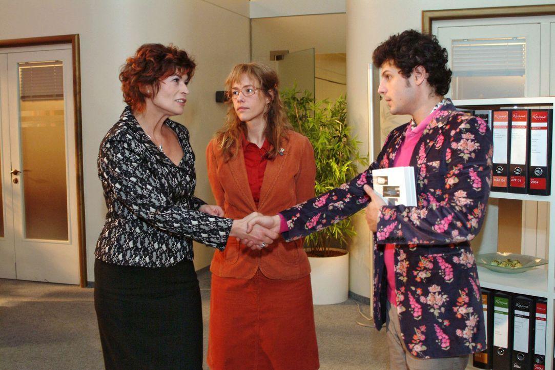 Lisa (Alexandra Neldel, M.) macht Rokko (Manuel Cortez, r.) und Sophie (Gabrielle Scharnitzky, l.) miteinander bekannt. (Dieses Foto von Alexandra N... - Bildquelle: Monika Schürle Sat.1