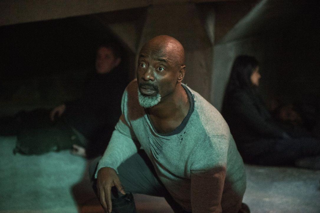 Der Versuch zu entscheiden, wer von der Skaikru in den Bunker darf, gerät schnell außer Kontrolle. Daraufhin beschließt Jaha (Isaiah Washington), ei... - Bildquelle: 2016 Warner Brothers