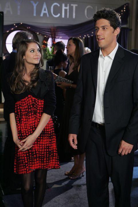 Kaitlin (Willa Holland, l.) hat ein Auge auf ihren neuen Tennislehrer Spencer (Brandon Quinn, r.) geworfen, doch leider ist dieser 25 und äußert a... - Bildquelle: Warner Bros. Television