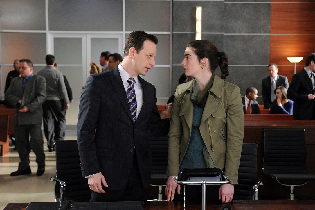 Will Gardner (Josh Charles, l.) vertritt Rhonda Cerone (Gaby Hoffmann, r.) vor Gericht. - Bildquelle: CBS   2011 CBS Broadcasting Inc. All Rights Reserved.