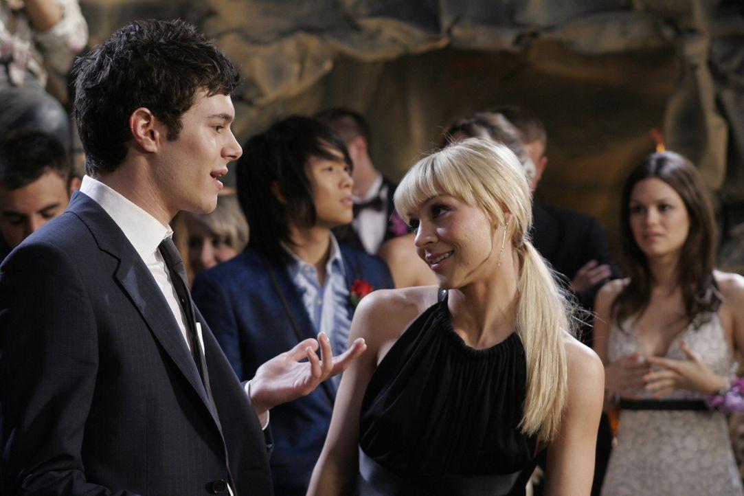 Während Summer (Rachel Bilson, r.) mit dem koreanischem Popstar Big Korea (Justin Chon, 2.v.l.) auf dem Abschlussball ist, hofft Seth (Adam Brody,... - Bildquelle: Warner Bros. Television