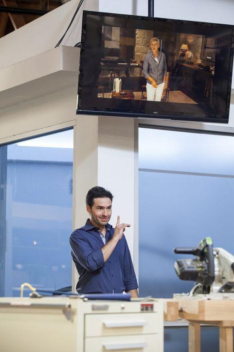Moderator Jay Montepare zeigt den sechs Designern und ihren Zimmermännern die erste Nachricht von Ellen DeGeneres -  denn diese hat ganz besondere G... - Bildquelle: 2015 Warner Bros.
