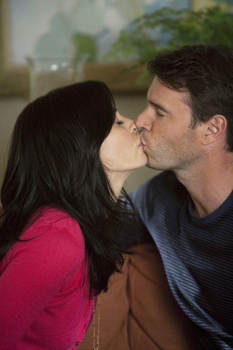 Jeff (Scott Foley, r.) bekennt sich klar zu Jules (Courteney Cox, l.) und möchte mit ihr ein Leben in Partnerschaft führen. Jules ist hin- und her... - Bildquelle: 2009 ABC INC.