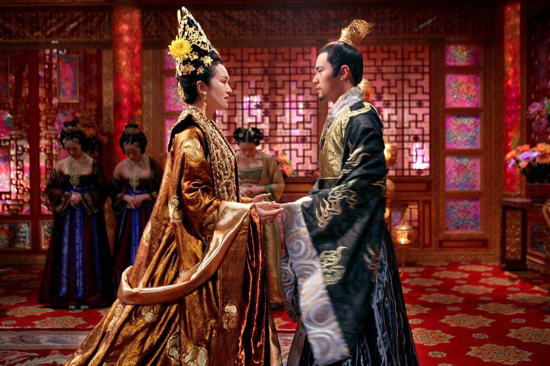 Kaiserin Phoenix (Li Gong, l.) drängt ihren gerade von seiner Militärausbildung zurückgekehrten Sohn Prinz Jai (Jay Chou, r.), einen Putschversuc... - Bildquelle: TOBIS Film