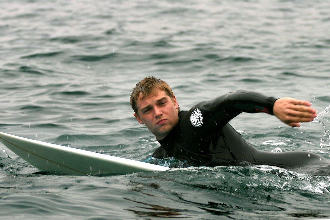 Der attraktive Student Jason (Mike Vogel) reist mit seinen Freunden zum Surfen nach Spanien. Dort bekommt er von einem Landstreicher ein mysteriöse... - Bildquelle: Manufacturas Audiovisuales, S.L. and Urconsa 2003, S.L.