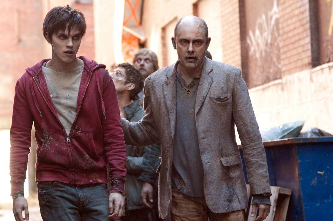 Hungrig auf Futtersuche: Zombie R (Nicholas Hoult, l.) und Zombie M (Rob Corddry, r.) ... - Bildquelle: 2013 Concorde Filmverleih GmbH