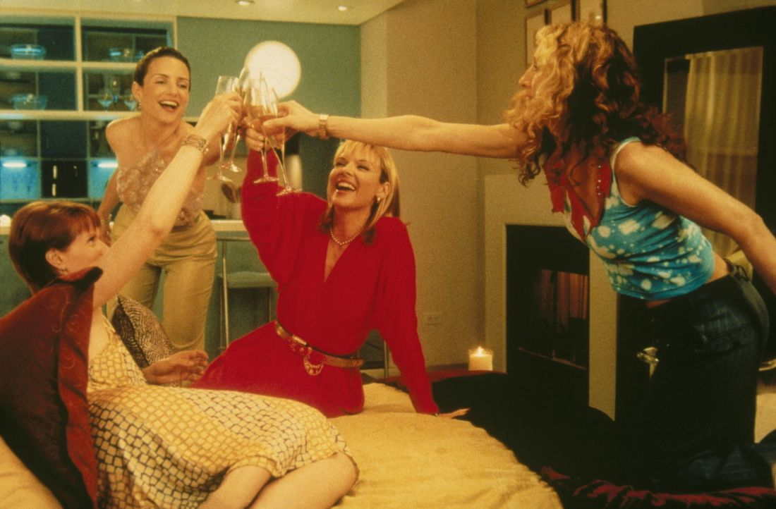 (v.l.n.r.) Miranda (Cynthia Nixon), Charlotte (Kristin Davis), Samantha (Kim Cattrall) und Carrie (Sarah Jessica Parker) trinken auf ihre Freunschaf... - Bildquelle: Paramount Pictures