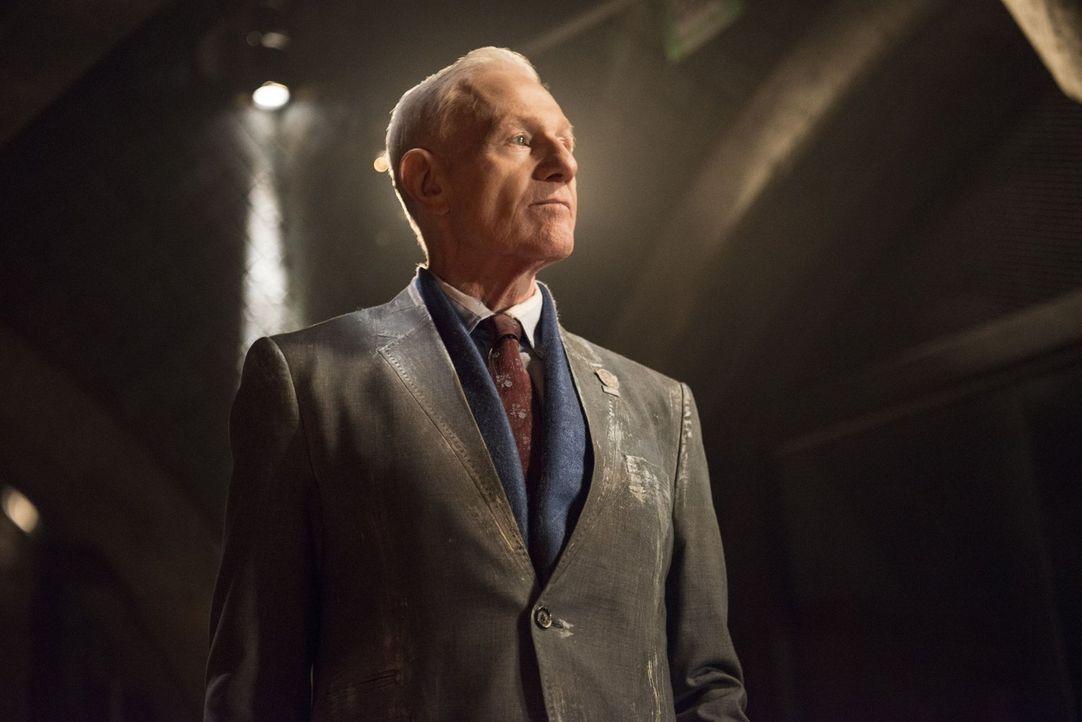 """Weiß Präsident Wallace (Raymond J. Barry) überhaupt noch,  was in """"Mount Weather"""" vor sich geht? - Bildquelle: 2014 Warner Brothers"""