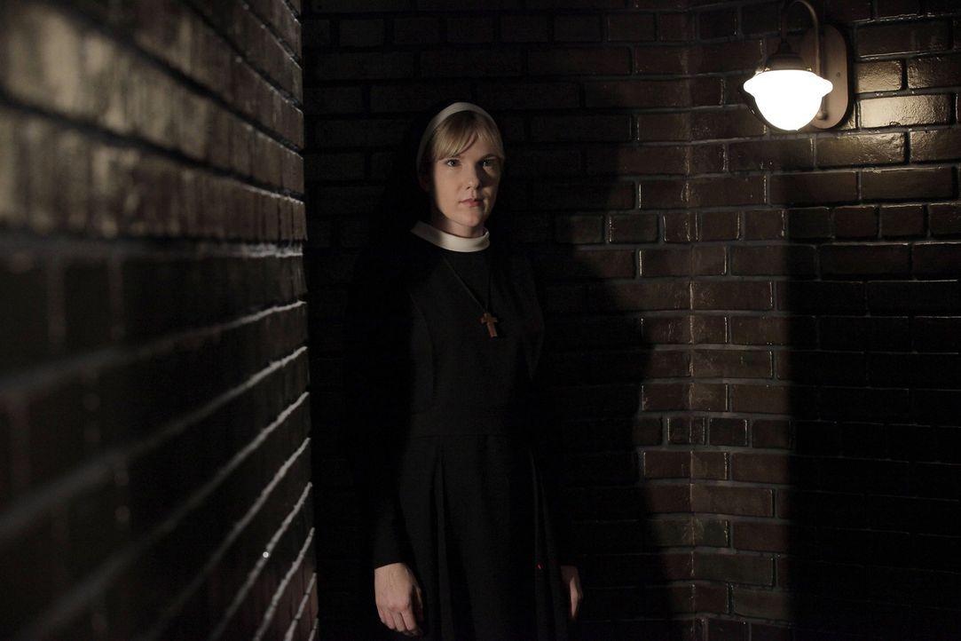 Jahr 1964: Die Kreaturen im Hof müssen versorgt werden und da Schwester Mary Eunice (Lily Rabe) ständig um die Gunst von Dr. Arthur Arden buhlt,  - Bildquelle: 2012-2013 Twentieth Century Fox Film Corporation. All rights reserved.