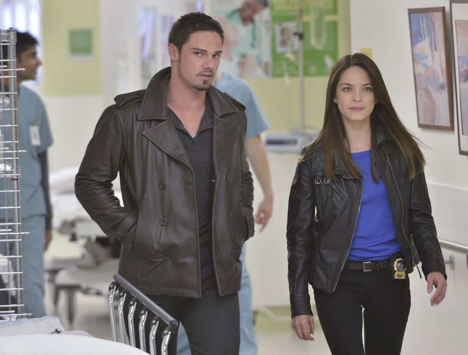Nachdem sie den Tod von Gabe und Dana Landon vorgetäuscht haben, heften sich Cat (Kristen Kreuk, r.), Tess, Gabe und Vincent (Jay Ryan, l.) an Sam L... - Bildquelle: 2013 The CW Network, LLC. All rights reserved.