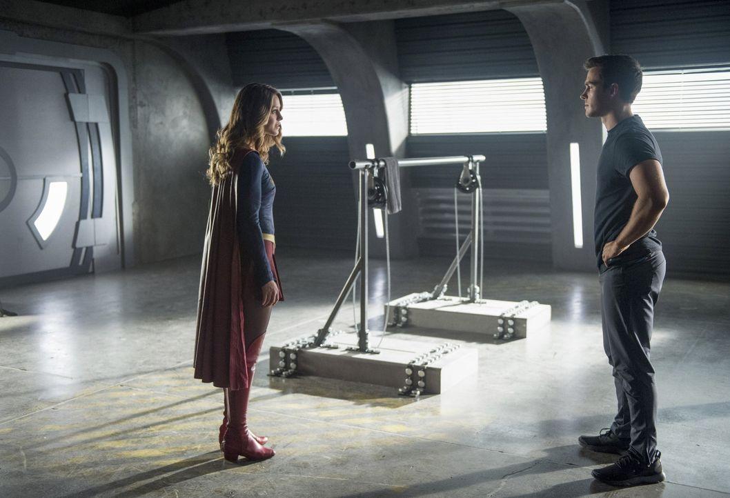 Während Supergirl (Melissa Benoist, l.) versucht, die Alien-Kämpfe zu stoppen, nimmt sie Mon-El (Chris Wood, r.) unter ihre Fittiche und fängt an, i... - Bildquelle: 2016 Warner Bros. Entertainment, Inc.