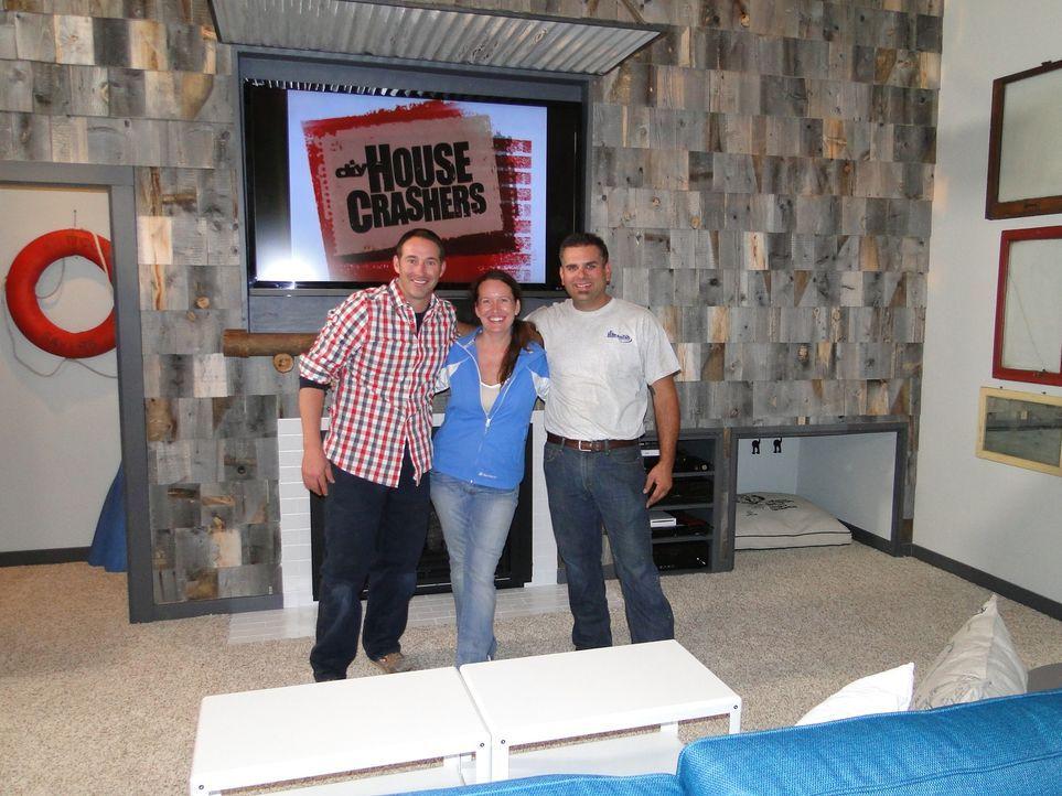 Josh Temples (l.) neuestes Projekt: Er hilft Jody Rodgers (M.) und ihrem Mann Todd (r.) dabei, frischen Wind in ihr altes Haus zu bringen, denn ihre... - Bildquelle: 2013,DIY Network/Scripps Networks, LLC. All Rights Reserved.