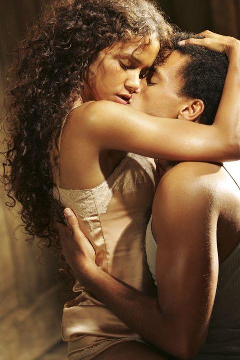 Die Afroamerikanerin Janie (Halle Berry, l.) hat ein Problem damit, den richtigen Mann zu finden. In mehreren Ehen sucht sie nach ihrem Glück. Doch... - Bildquelle: Vivian Zink Harpo Films