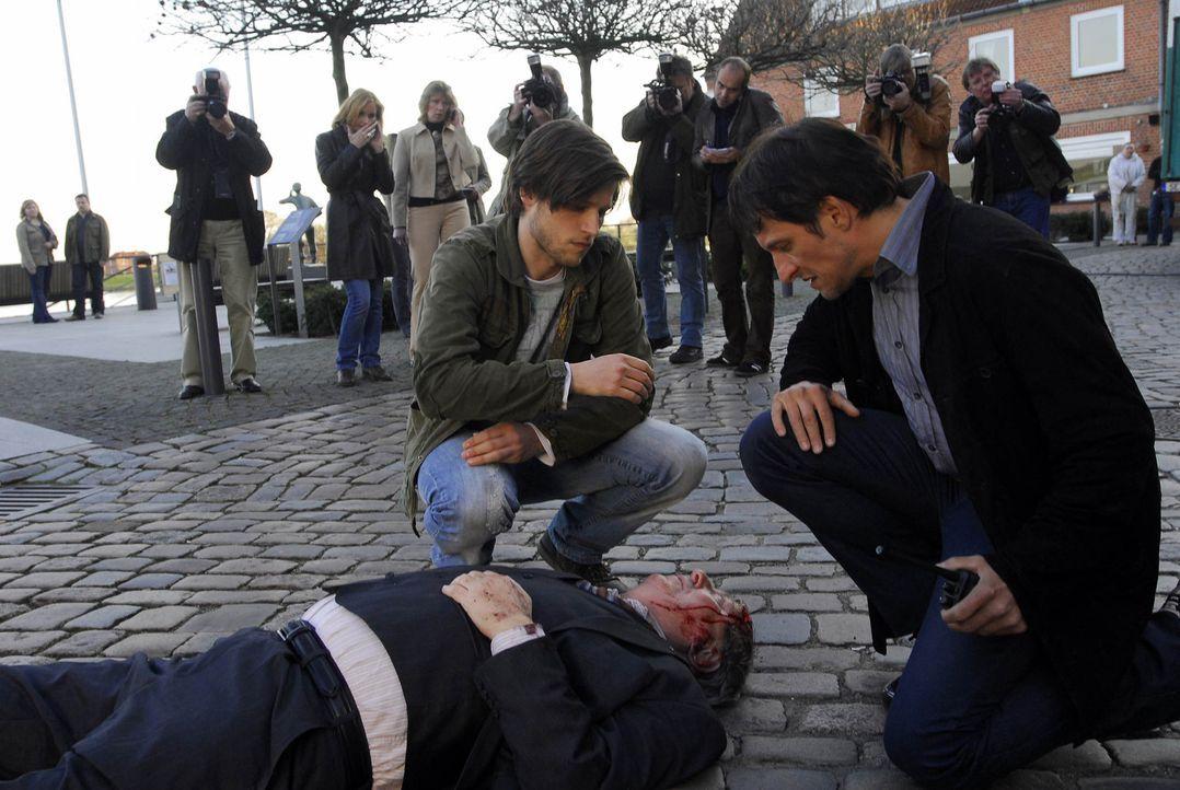 Endlich gelingt es Phillip (Sebastian Ströbel, l.), die Mörder (Vadim Glowna, M.) ausfindig zu machen und mit Hilfe des Kommissars (Bela B. Felsen... - Bildquelle: Uwe Ernst ProSieben