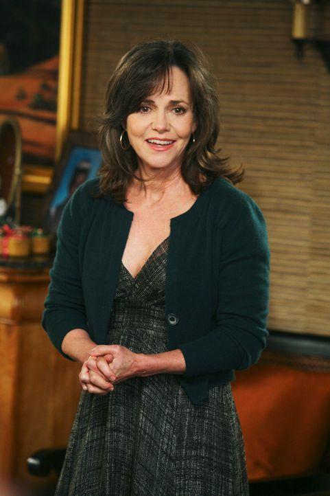 Nora (Sally Field) findet heraus, dass Roger verheiratet ist. Ist sie für eine Affäre zu haben? - Bildquelle: 2008 ABC INC.