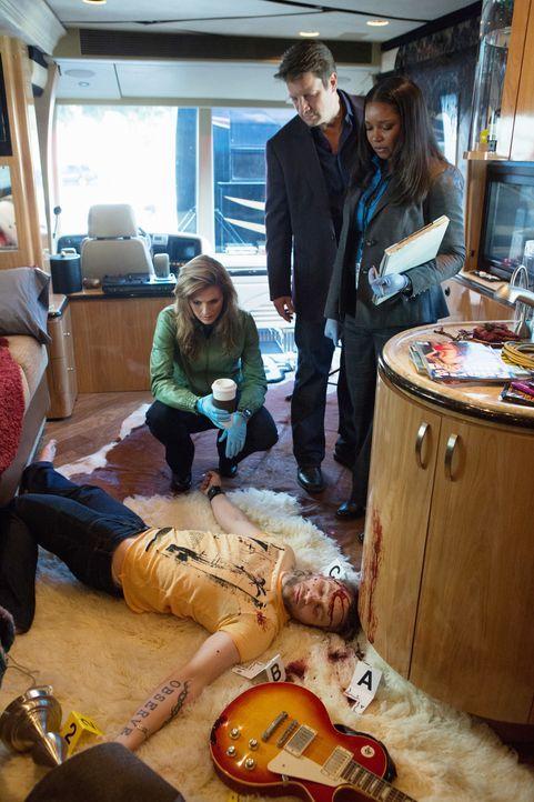 Richard Castle (Nathan Fillion, 2.v.r.), Kate Beckett (Stana Katic, l.) und Lanie Parish (Tamala Jones, r.) übernehmen die Ermittlungen im Mord an d... - Bildquelle: 2012 American Broadcasting Companies, Inc. All rights reserved.