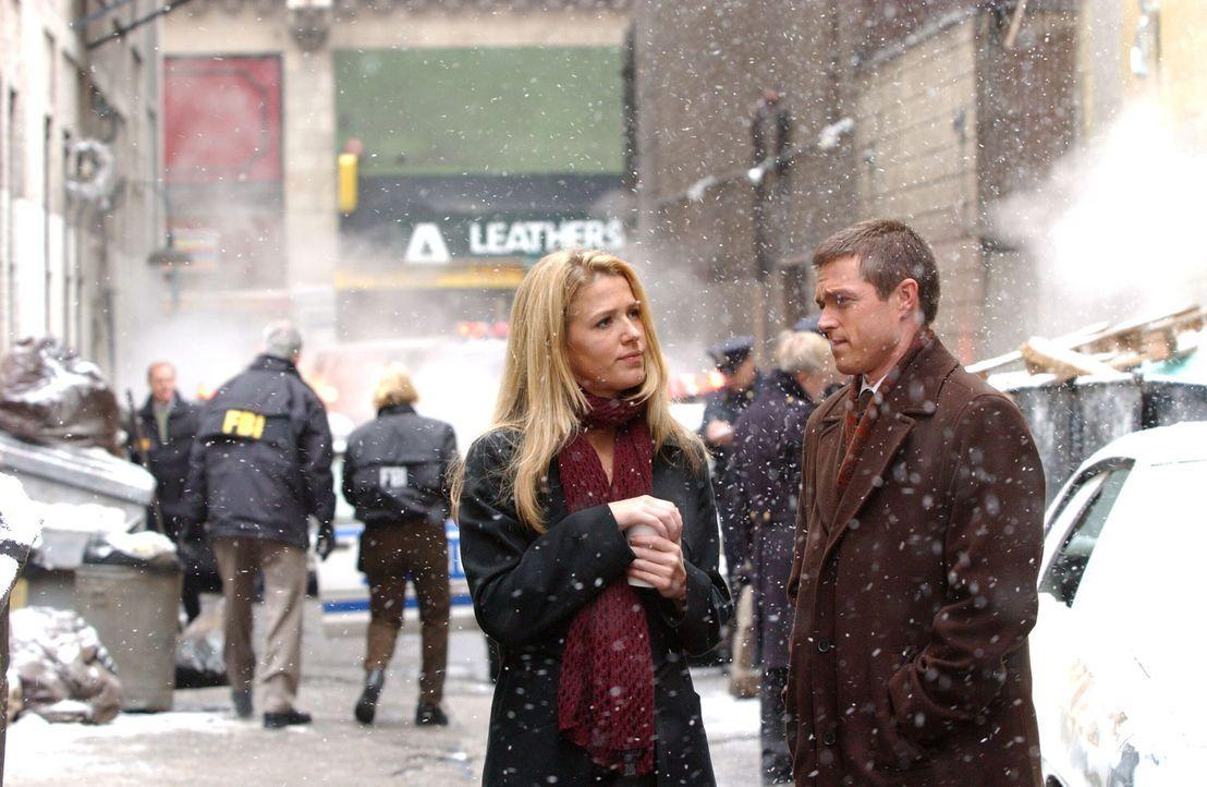 Jack Malone (Anthony LaPaglia, r.) und Samantha Spade (Poppy Montgomery, l.) sind auf der Suche nach Joe Gibson, der nach einer Schießerei und ansch... - Bildquelle: Warner Bros. Entertainment Inc.