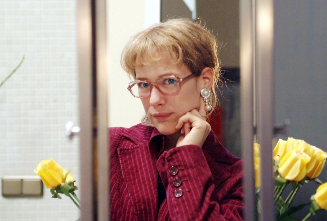 Lisa (Alexandra Neldel) kann sich zwar sehr wohl von Blum, nicht aber von den Ohrringen, die er ihr mitgebracht hat, lösen: Und so steht sie, verzüc... - Bildquelle: Monika Schürle SAT.1 / Monika Schürle
