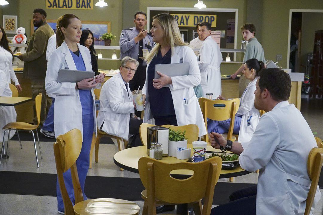 Der drohende Sorgerechtstreit zwischen Callie und Arizona (Jessica Capshaw, M.) erhitzt die Gemüter. Während Alex (Justin Chambers, r.) sich aus dem... - Bildquelle: Richard Cartwright ABC Studios