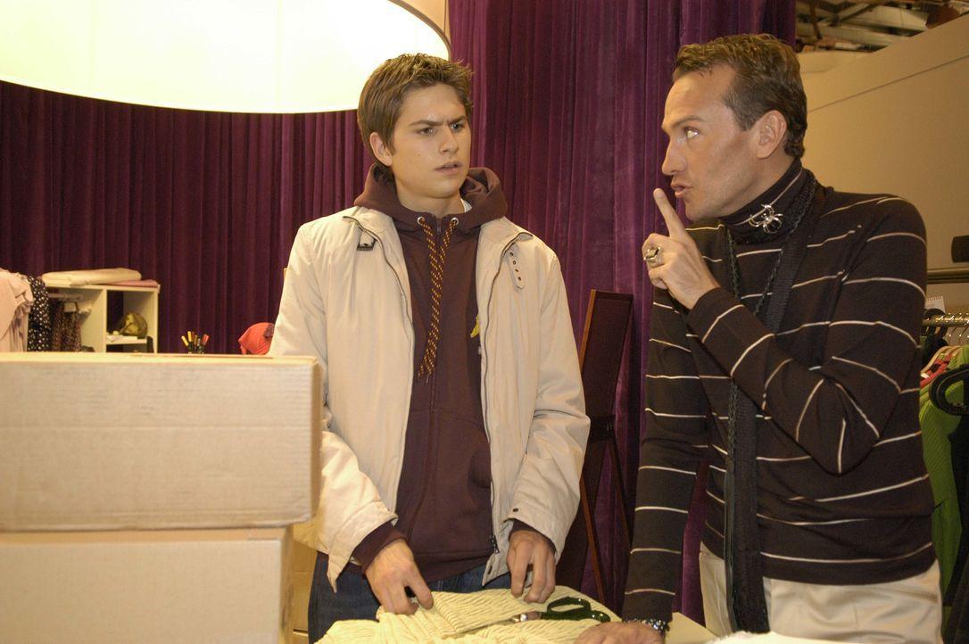 Timo (Matthias Dietrich, l.) ist überrascht, dass Hugo (Hubertus Regout, r.) ihm dabei hilft, dass er für eine private Tour den Firmenwagen nehmen k... - Bildquelle: Noreen Flynn SAT.1 / Noreen Flynn