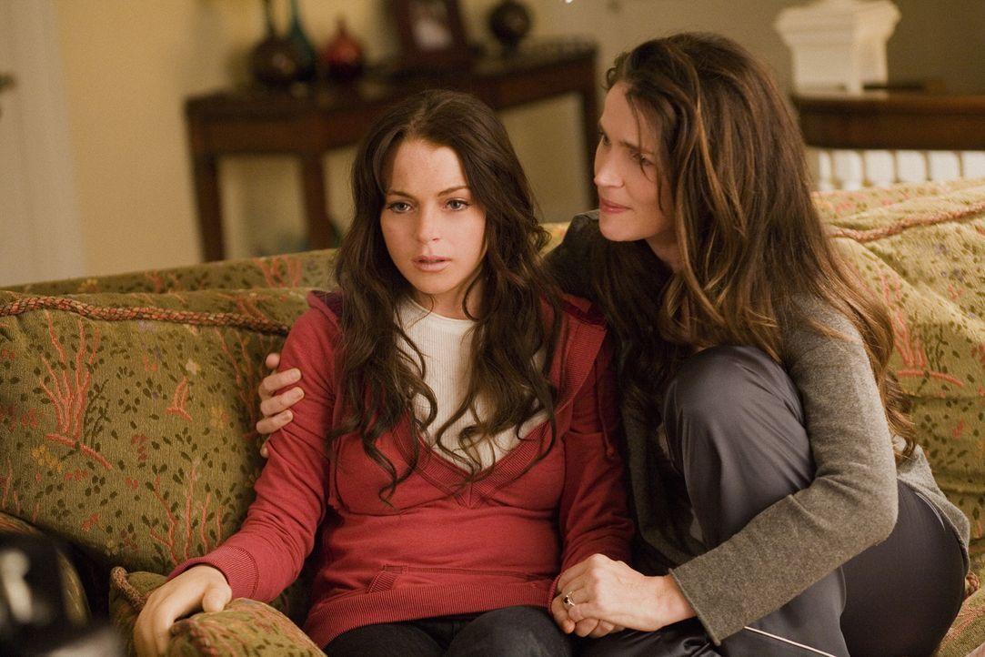 Versucht ihrer Tochter (Lindsay Lohan, l.) zu helfen, die schreckliche Entführung zu verarbeiten: Susan Fleming (Julia Ormond, r.). Doch Aubrey erke... - Bildquelle: Sony 2007 CPT Holdings, Inc.  All Rights Reserved.