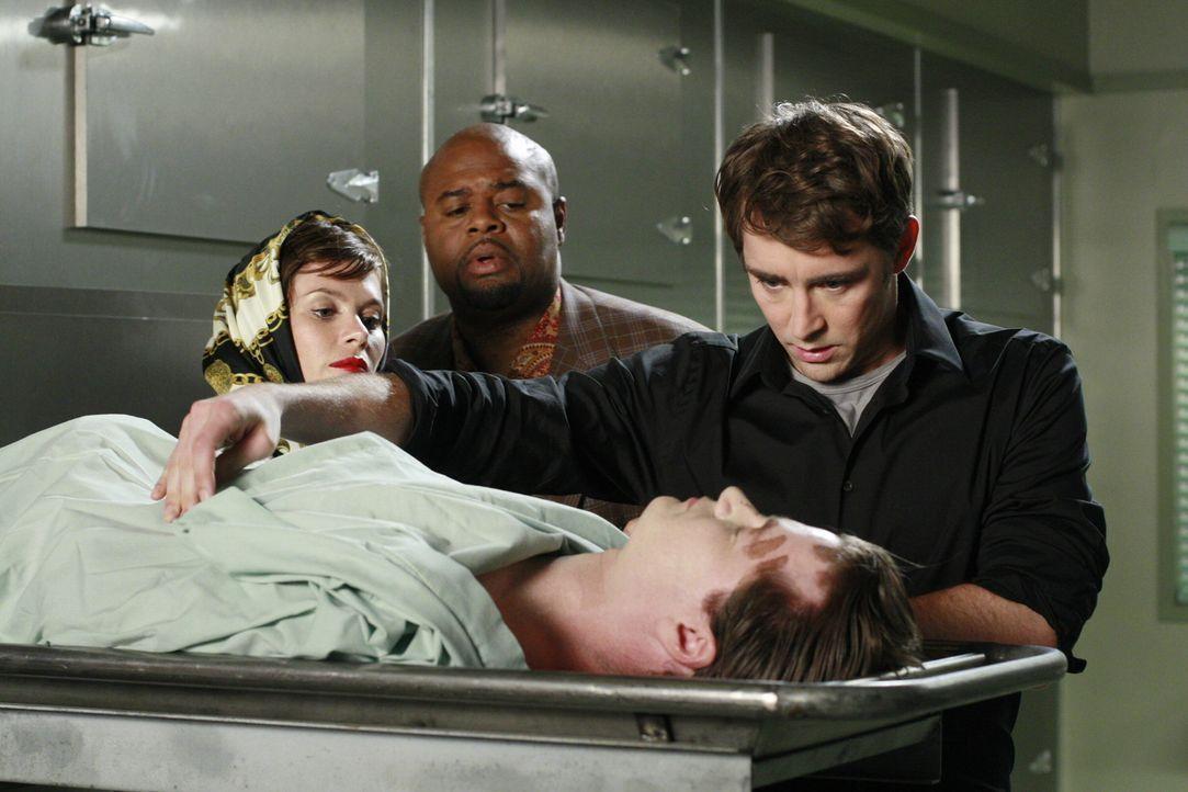 Gemeinsam machen sie sich auf den Weg in die Leichenhalle, um einen Toten zu inspizieren: Chuck (Anna Friel, l.), Ned (Lee Pace r.) und Emerson Cod... - Bildquelle: Warner Brothers