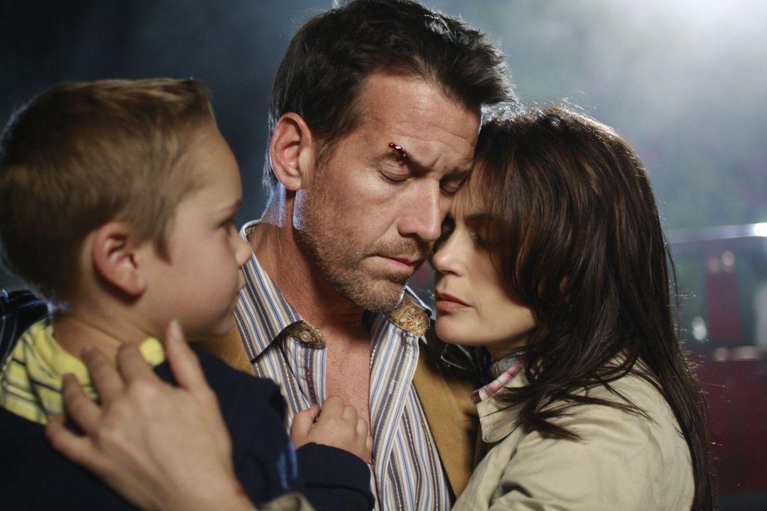 Glauben sich in Sicherheit: Mike (James Denton, M.), Susan (Teri Hatcher, r.) und M.J. (Mason Vale Cotton, l.) ... - Bildquelle: ABC Studios