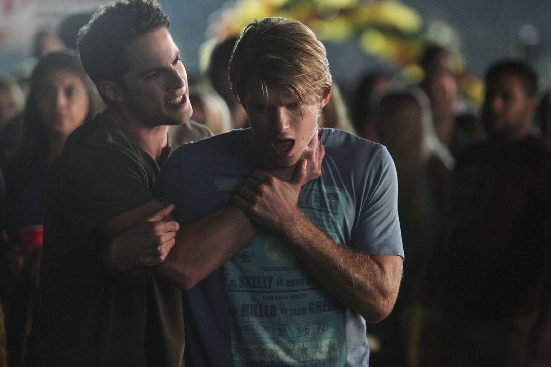 Eine Nachricht von Caroline lässt Tyler (Michael Trevino, l.) seine Kontrolle verlieren und  Luke (Chris Brochu, r.) ist der Leidtragende ... - Bildquelle: Warner Bros. Entertainment, Inc
