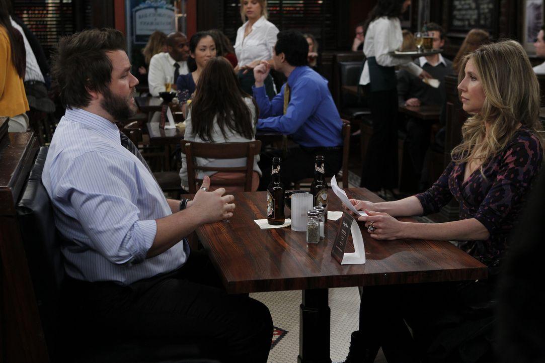 Kate (Sarah Chalke, r.) ist ziemlich genervt von Larry (Tyler Labine, l.), der nichts anderes als das bevorstehende PubQuiz im Kopf hat ... - Bildquelle: 2011 CBS BROADCASTING INC. All Rights Reserved.