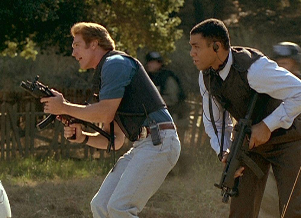 Steve (Barry Van Dyke, l.), Agent Wagner (Harry J. Lennix, r.) und eine FBI-Sondereinheit stürmen das Versteck der Bombenleger. - Bildquelle: Viacom