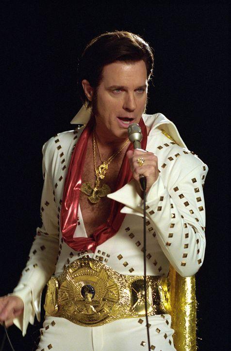 Eric (Stephen Collins) träumt während der Narkose, dass er Elvis Presley ist ... - Bildquelle: The WB Television Network
