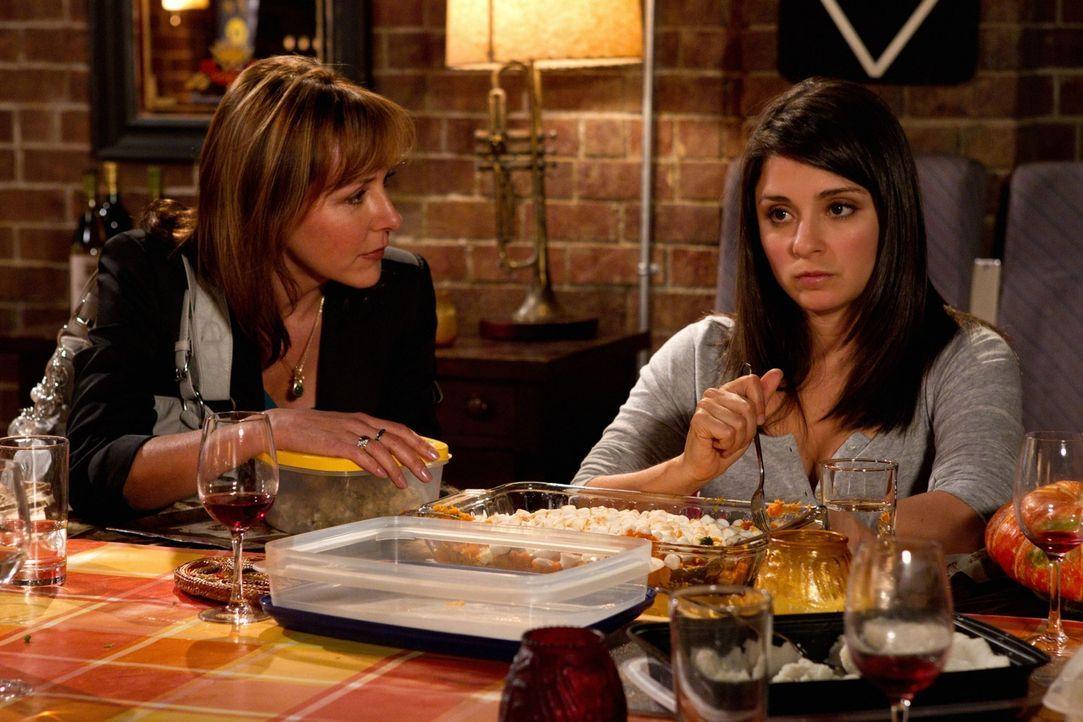 Laverne Cassidy (Cynthia Stevenson, l.) versucht Cate (Shiri Appleby, l.) davon zu überzeugen, dass es besser ist, wenn sie und Ryan zusammen leben. - Bildquelle: The CW   2010 The CW Network, LLC. All Rights Reserved
