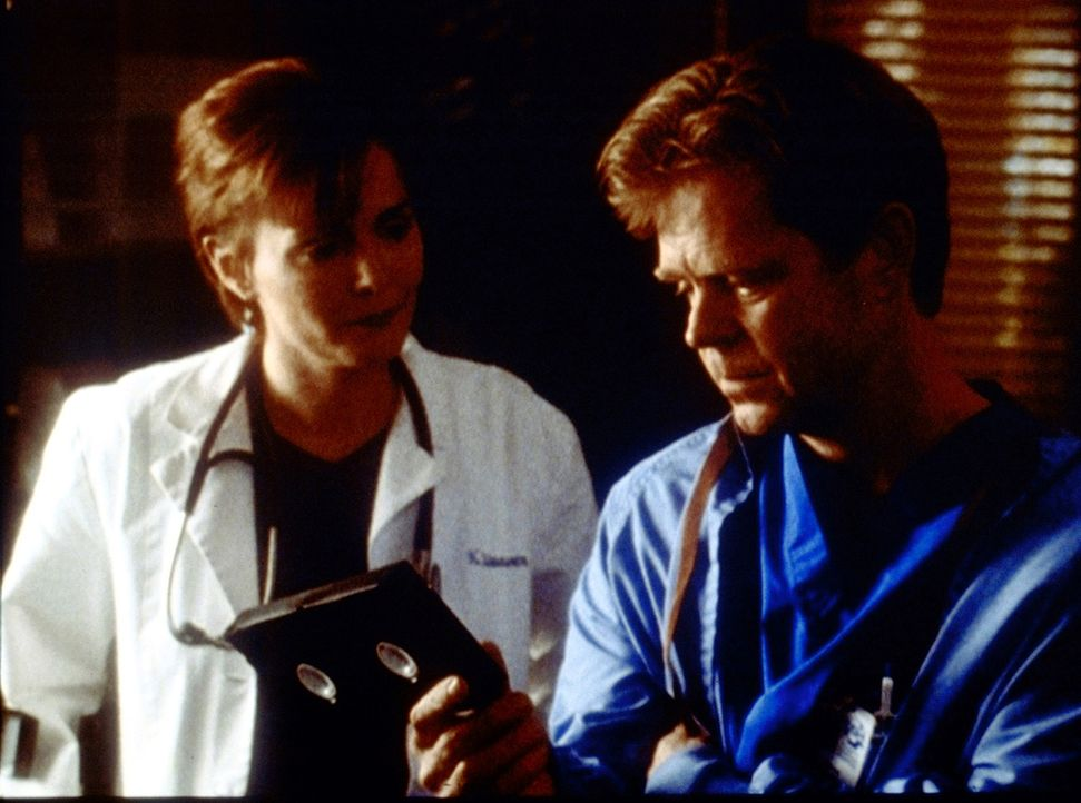 Dr. Morgenstern (William H. Macy, r.) kann der Wahrheit nicht mehr ausweichen. Auch Dr. Weaver (Laura Innes, l.) findet, dass Benton entlastet werde... - Bildquelle: TM+  2000 WARNER BROS.