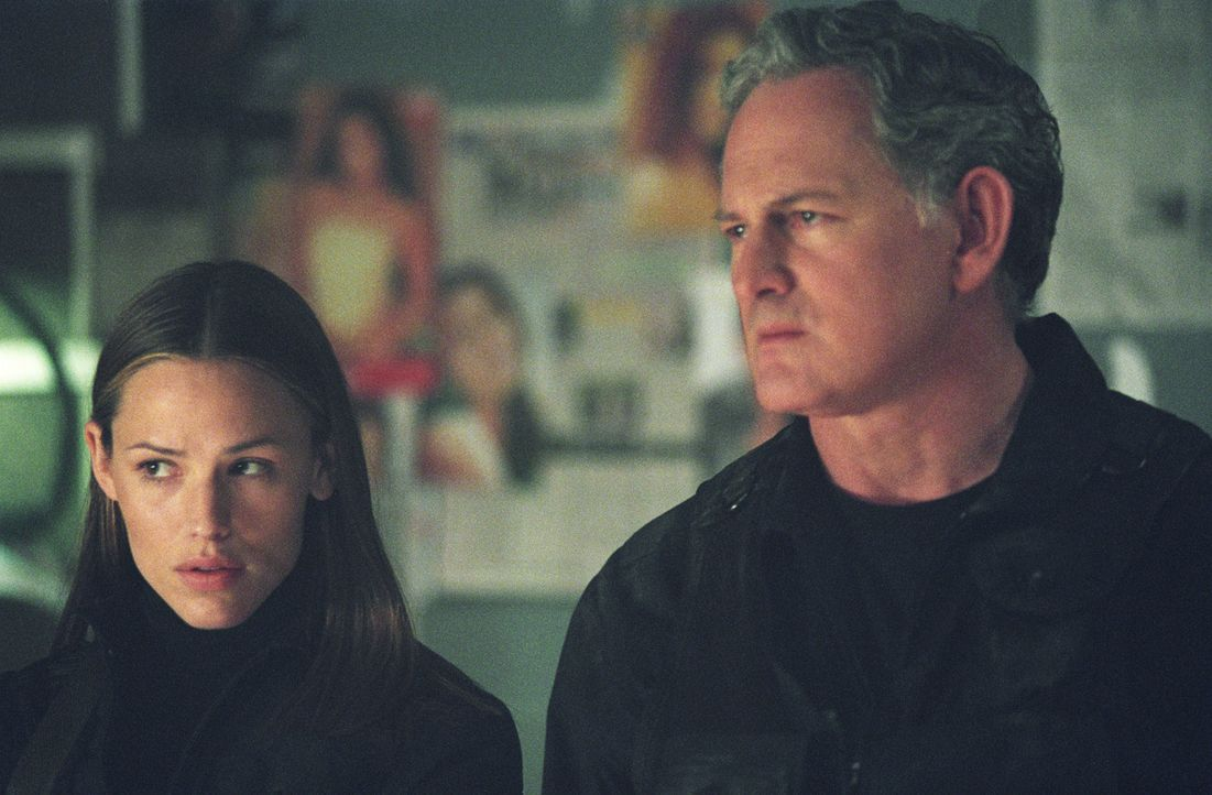 Gemeinsam haben Sydney (Jennifer Garner, l.) und Jack (Victor Garber, r.) ihre Aufgaben erledigt und dringen in das Labor ein, werden aber plötzlic... - Bildquelle: Touchstone Television