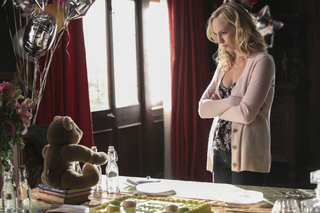 Caroline versucht mit den Geschehnissen umzugehen - Bildquelle: Warner Bros. Entertainment Inc.