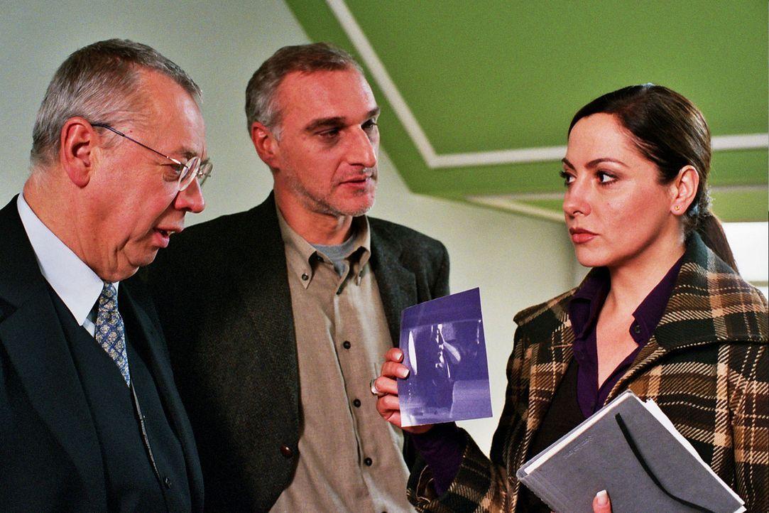 Hauptkommissar Schander (Peter Lerchbaumer, l.), Kommissar Breuer (Gerhard Naujoks, M.) und Andrea Kerner (Simone Thomalla, r.) arbeiten an der Aufk... - Bildquelle: Sat.1