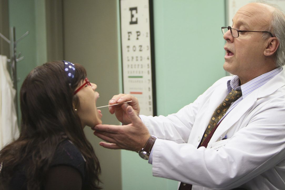 Nach Bettys (America Ferrera, l.) Ausraster wird dem Arzt (Louis Giambalvo, r.) klar: Betty hat ein vergiftetes Parfum benutzt, welches die Wahrnehm... - Bildquelle: Buena Vista International Television