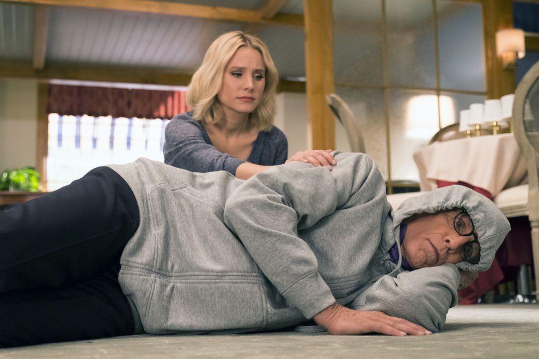 Eleanor (Kristen Bell, l.) gibt ihr Bestes, um Michael (Ted Danson, r.) bei einer gefährlichen Mission zu unterstützen. Ein Vorhaben, dass über ihr... - Bildquelle: 2016 Universal Television LLC. ALL RIGHTS RESERVED.