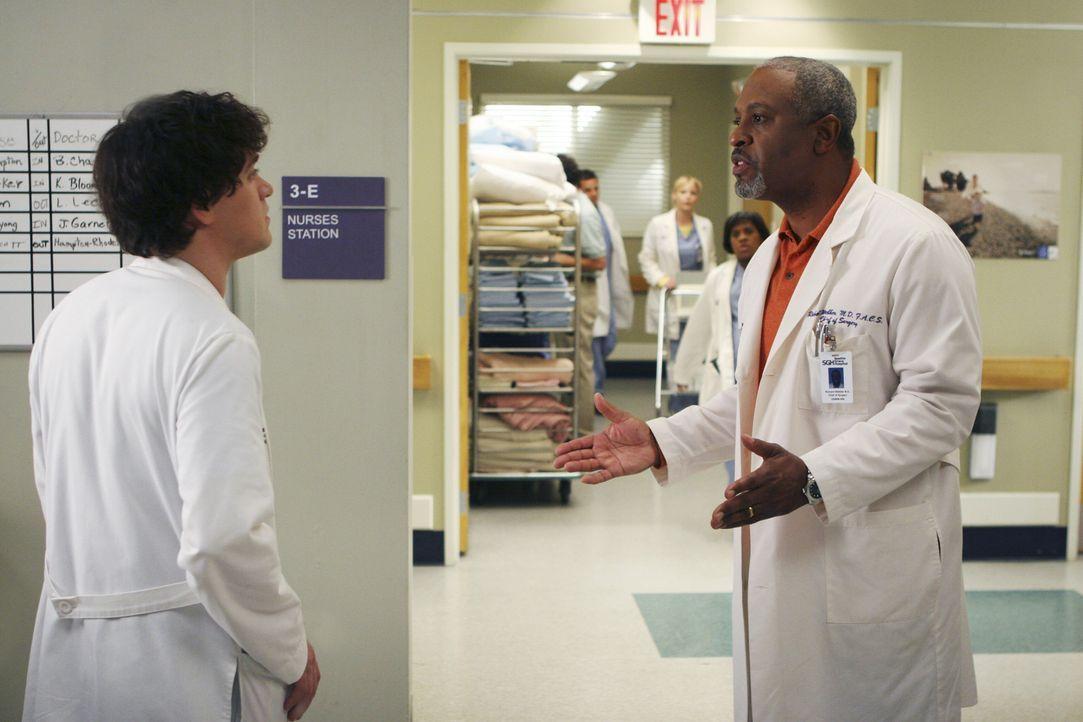Dr. Richard Webber (James Pickens, Jr., r.) kann nicht verstehen, warum George (T.R. Knight, l.) Sophie Larson noch nicht entlassen hat ... - Bildquelle: Touchstone Television