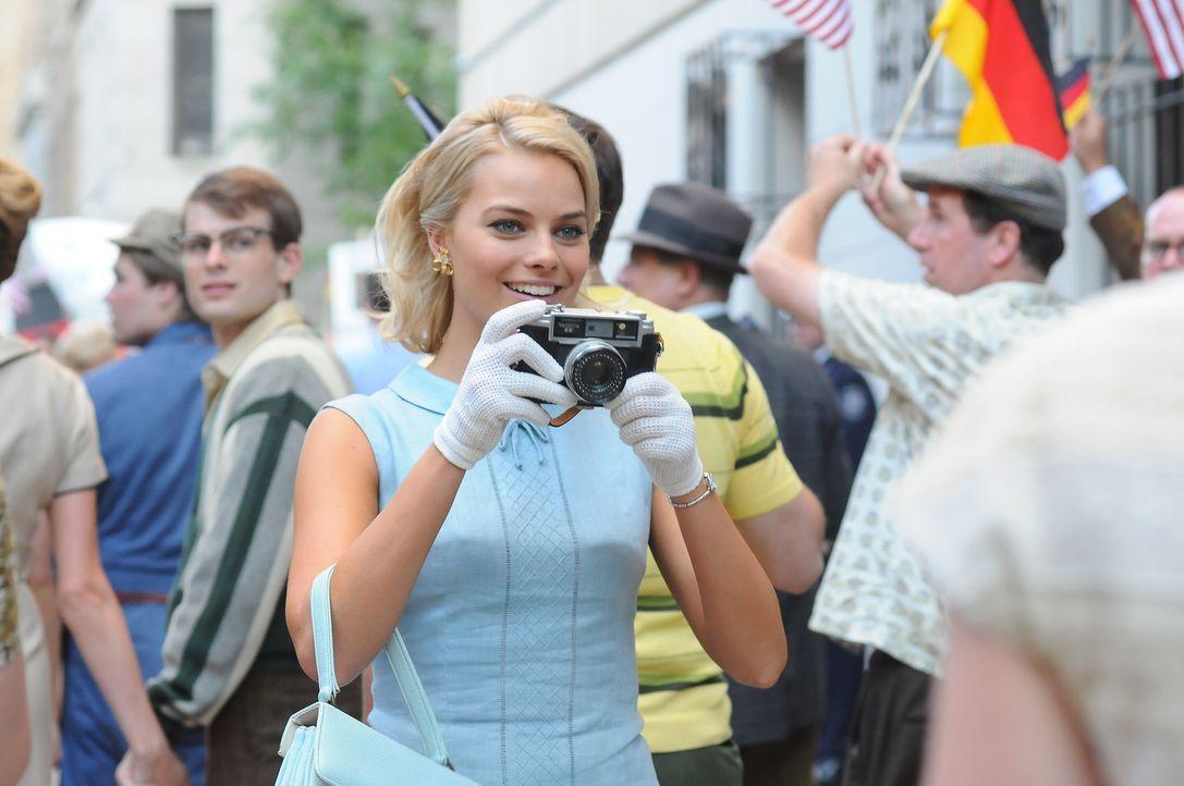 Laura (Margot Robbie) ist von der Stadt Berlin hellauf begeistert ... - Bildquelle: 2011 Sony Pictures Television Inc.  All Rights Reserved.