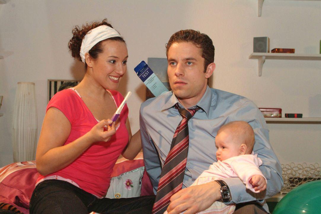Max (Alexander Sternberg, r.) ist geschockt, als Yvonne (Bärbel Schleker, l.) ihm das Ergebnis des Schwangerschaftstests präsentiert - positiv. - Bildquelle: Monika Schürle SAT.1 / Monika Schürle