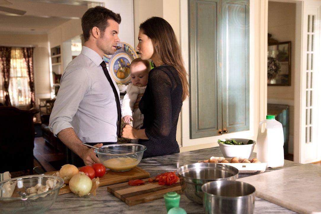 Die Anziehungskraft zwischen Elijah (Daniel Gillies, l.) und Hayley (Phoebe Tonkin, r.) ist ungebrochen, aber die zeremonielle Hochzeit wirft ihre S... - Bildquelle: Warner Bros. Television