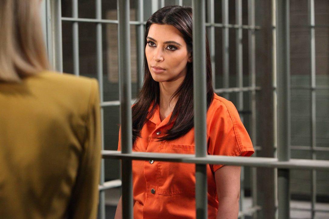 Ein Betrüger versucht Stacy um ihre Pucherei zu bringen. Die im Gefängnis sitzende Nikki LePree (Kim Kardashian) könnte dies verhindern. Wird sie si... - Bildquelle: 2012 Sony Pictures Television Inc. All Rights Reserved.