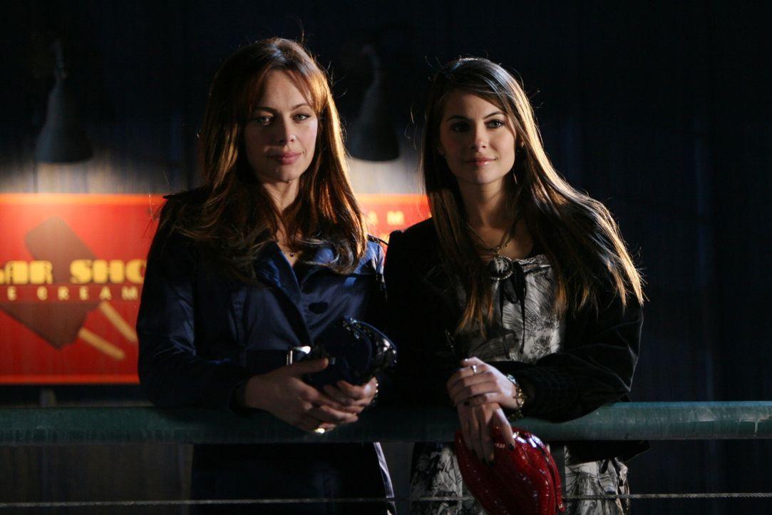 Julie (Melinda Clarke, l.) stellt Kaitlin (Willa Holland, r.) zur Rede, nachdem diese in der Toilette einen Zettel aufgehängt hat, auf dem sie vor... - Bildquelle: Warner Bros. Television